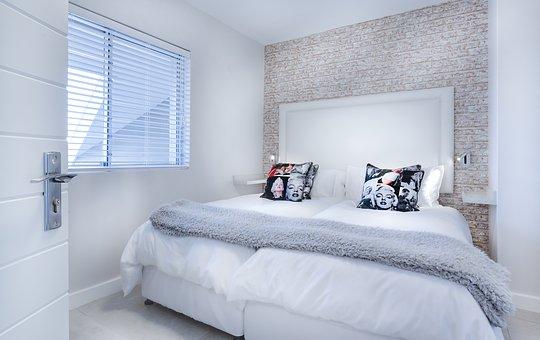 modne łóżko białe